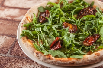 Arugula and dried tomatoes pizza photos by @thefinestphoto