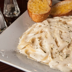 Fettuccine Alfredo photos by @thefinestphoto